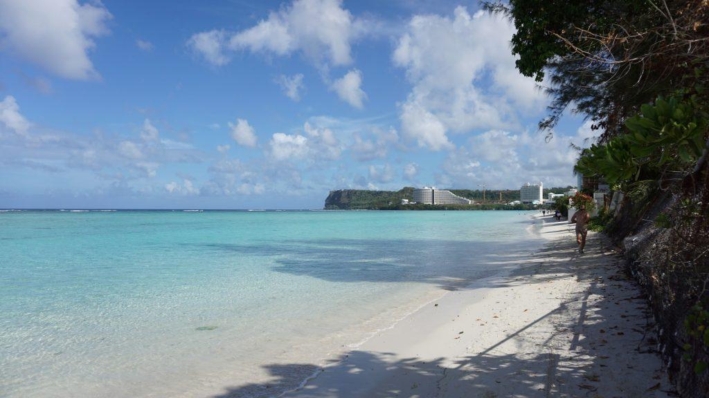 海外挙式 グアムチャペル ブルーアステール前のビーチ